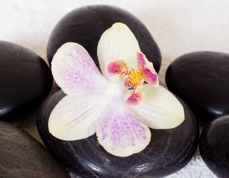 le massage aux pierres chaudes